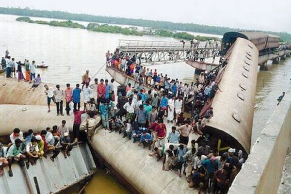 Kadalundi river disaster due to bridge collapse; 57 killed