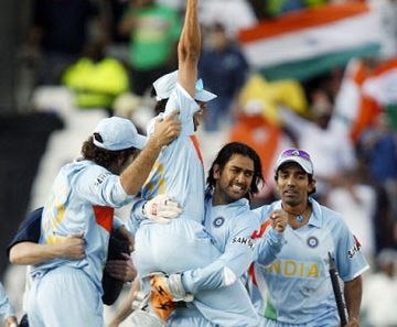 ms dhoni lifts world cup