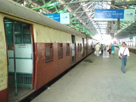 mumbai local train RUw5U 16613