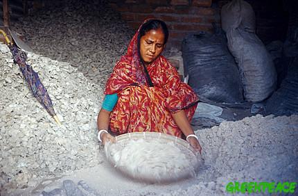 woman filtering asbestos into SCu4Y 35628