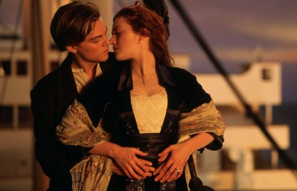 TITANIC 1997 WALLPAPER LEONARDO DICAPRIO KATE WINSLET JACK AND ROSE KISSING ON TITANIC DECK WALLPAPER