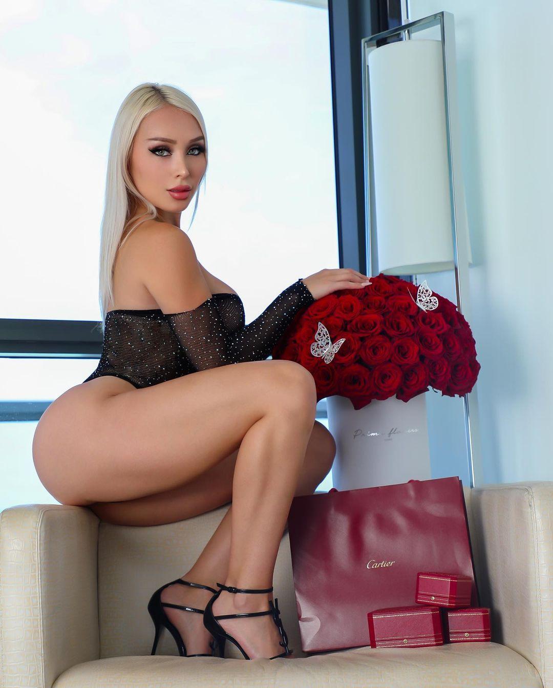 Блондинка с голыми бёдрами