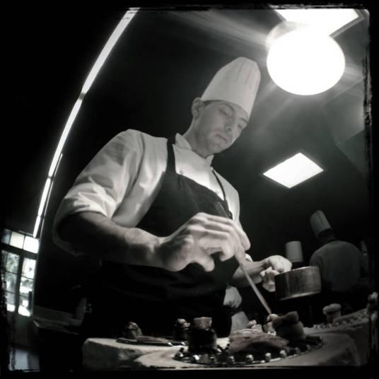 Cocinero en plena labor.
