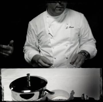 Joan Roca mantiene una gran concentración durante todo el servicio. Con un aire serio pero humano, interviene en las tareas de preparación de todos los platos.