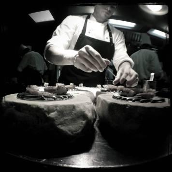 """Detalle de la preparación del plato conocido como """"Ventresca de cordero a la brasa con berenjenas, café y regaliz"""""""
