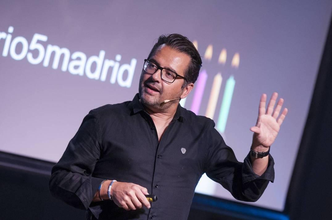 Phil Gonzalez aka @philgonzalez presenting #anigersario5madrid