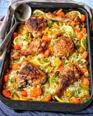 Eine Auflaufform mit Huhn mit Gemüsereis