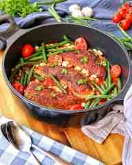 Eine Pfanne mit Putenbrust mit Bohnen in Tomatensoße
