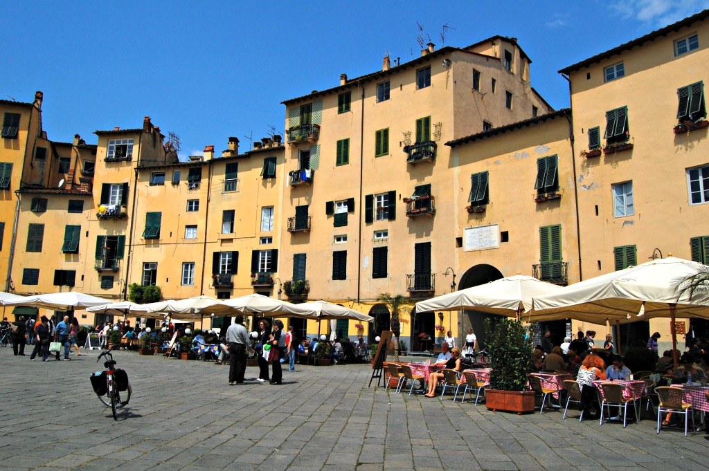 A Day Trip in Lucca, Piazza Anfiteatro