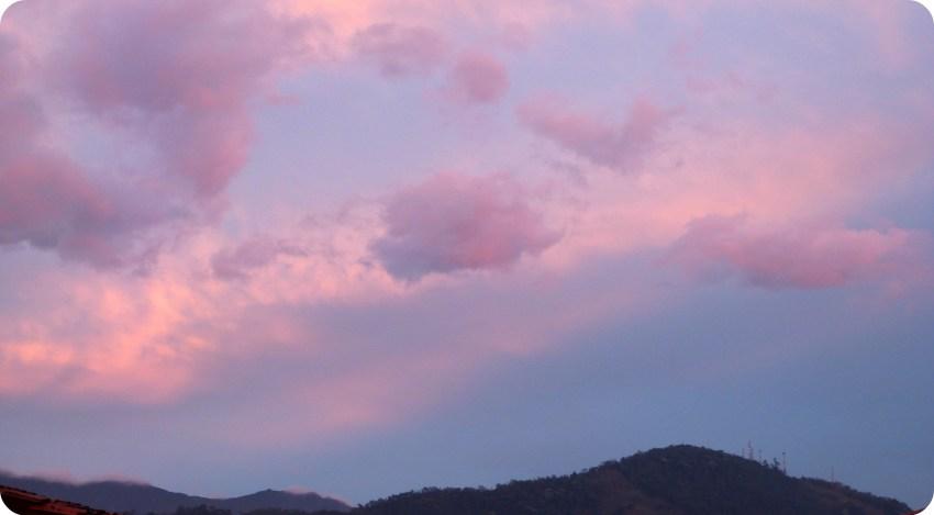 Foto de nubes rosadas y de la Cordillera de los Andes durante un atardecer