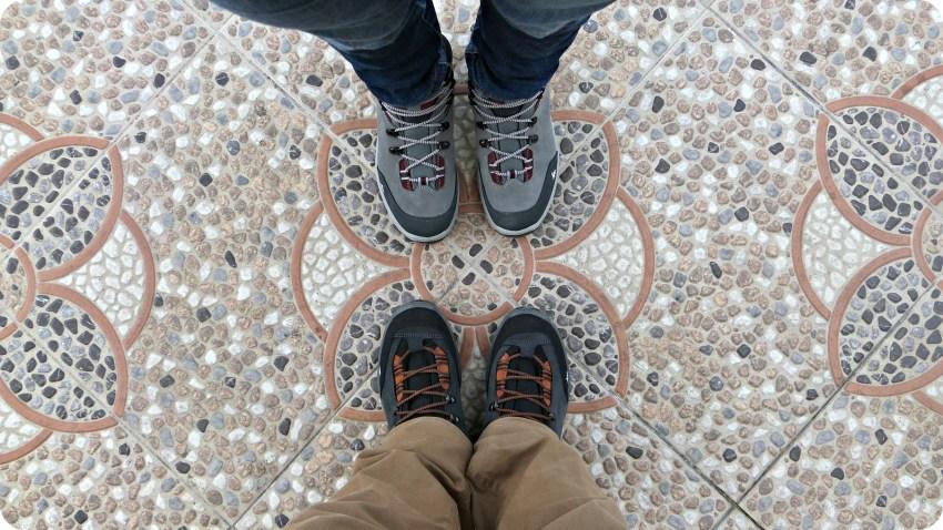 Chaussures Quechua de Charlène et Charles sur des carreaux à Salento