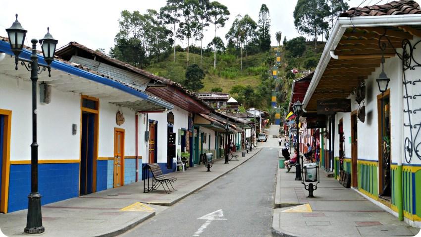 Calle principal de Salento con sus casas coloridas y tiendas de recuerdos
