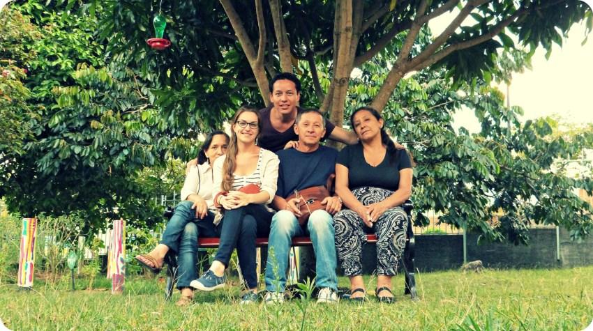 Charlène, Charles, ses parents et une cousine à l'ombre d'un arbre et assis sur un banc du jardin du Musée de l'Or d'Armenia