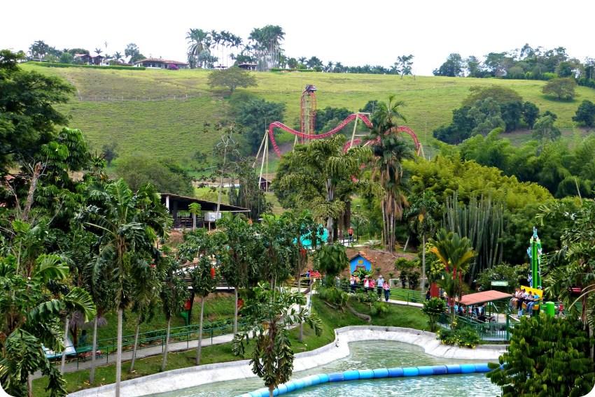 Vista desde arriba de una atracción hacia la atracción a sensaciones Kráter en el Parque del Café