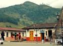 Vue sur les montagnes depuis la place Bolívar de Salento