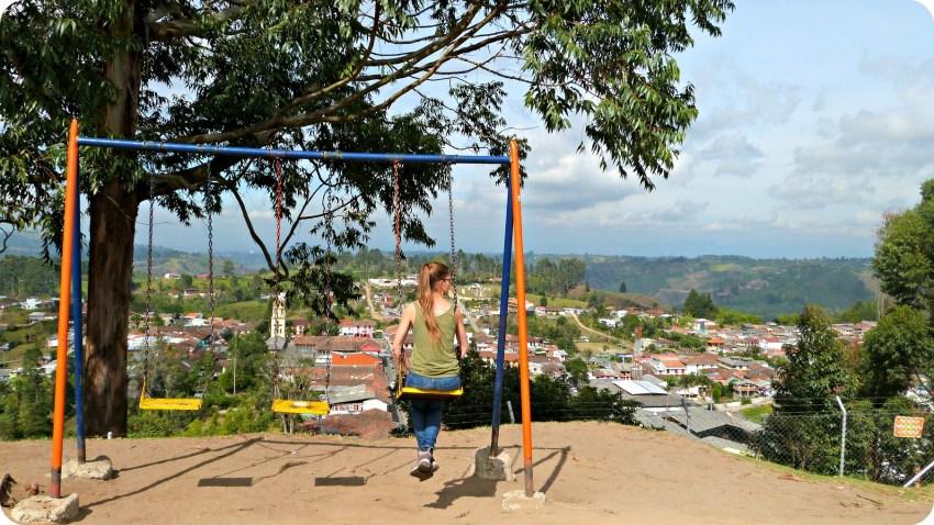 Charlène assise sur une balançoire en haut du point de vue sur Salento