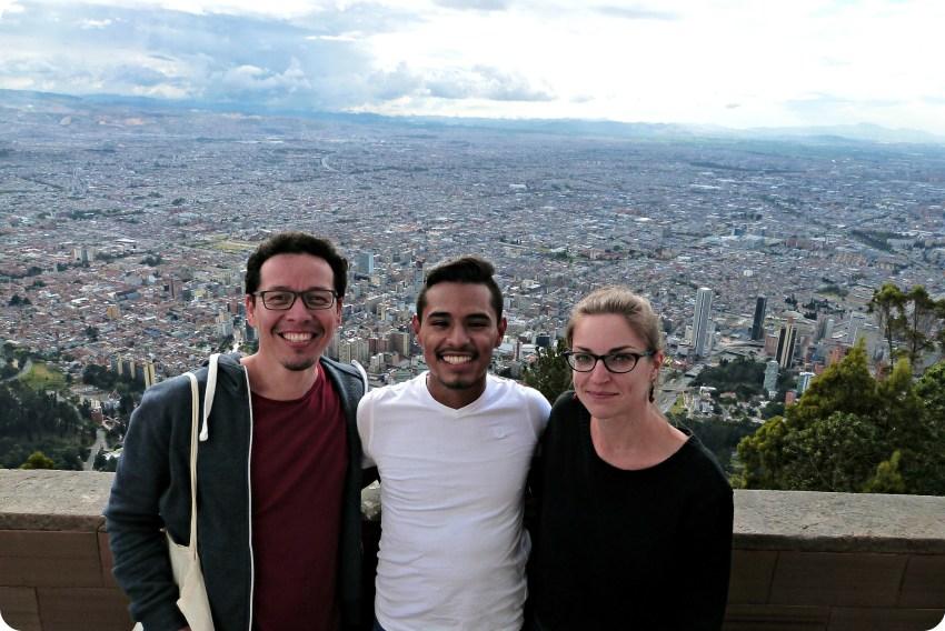Charles, Brayan y Charlène con la vista de Bogotá detrás desde Monserrate