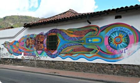 Fresque murale sur tout le long d'un mur blanc de Bogotá
