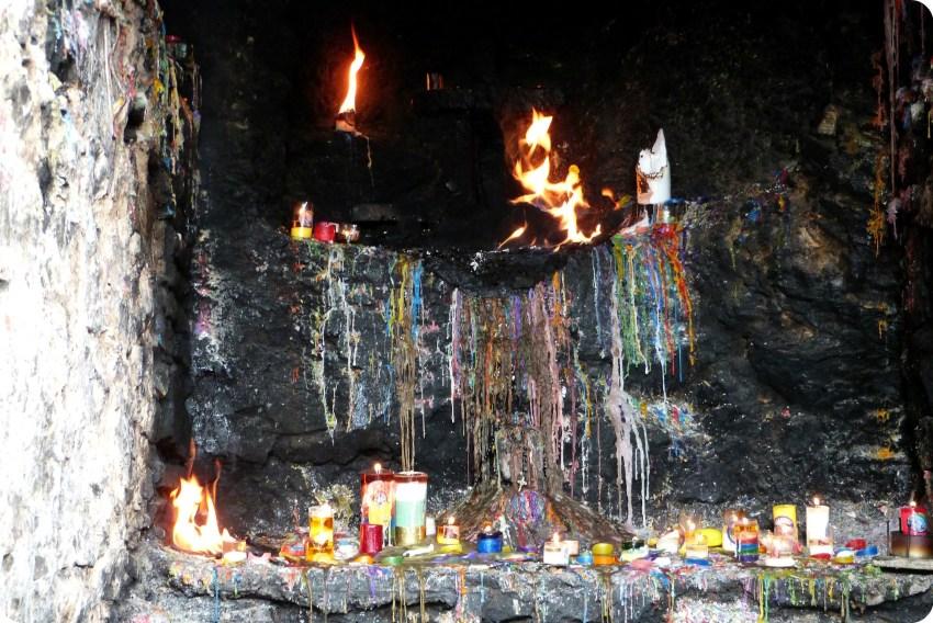 Bougies qui se consument laissant des traces de toutes les couleurs dans une cavité dans la montée vers Monserrate à Bogotá
