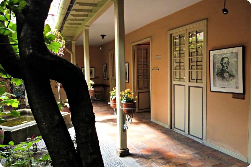 2ème Patio avec un arbre et les portes de la Casa de poesía Silva de Bogotá