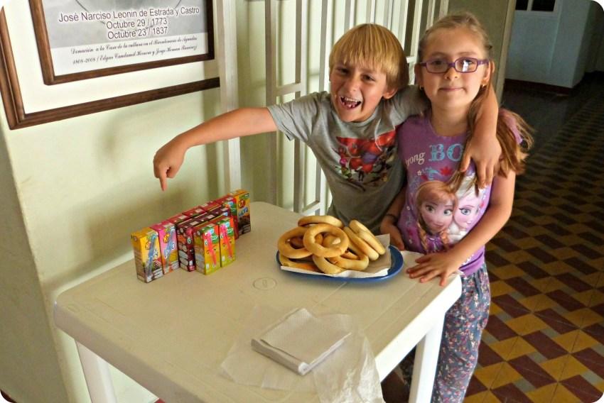 Samuel y Eloisa con los jugos y los pan de bono para la merienda de la inauguración de la exposición Tempo en Aguadas