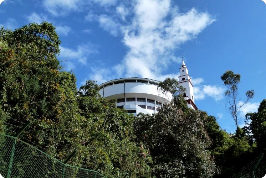Vue de l'église depuis le chemin qui monte vers Monserrate à Bogotá