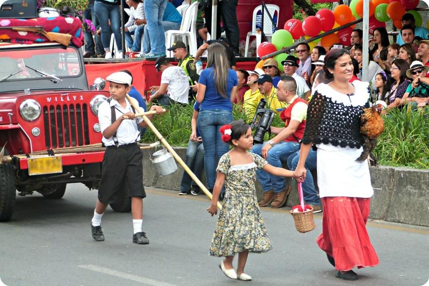 Famille défilant près de leur jeep au défilé Yipao à Armenia