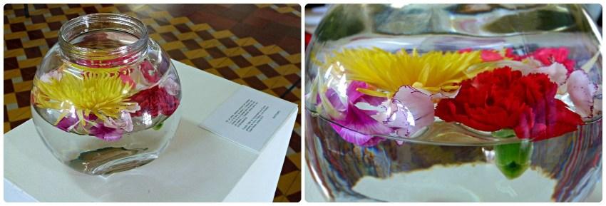 Flores en un bol de agua expuestas en la exposición Tempo en Aguadas