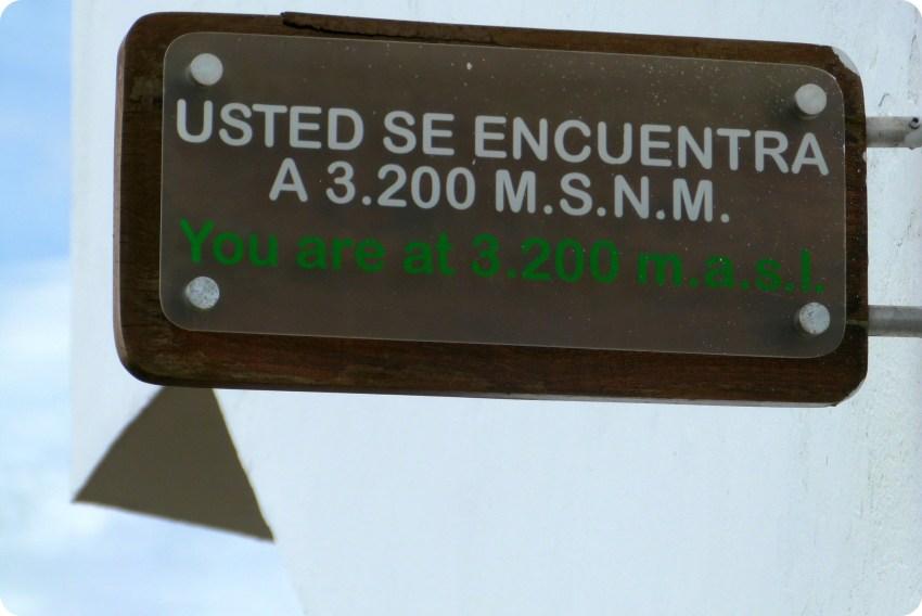 Panel indicando la altura de Monserrate en Bogotá : 3200 metros sobre el nivel del mar