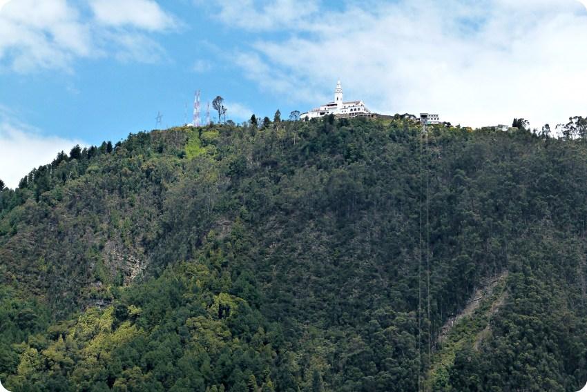 Monserrate en lo alto de la montaña visto desde el centro de Bogotá