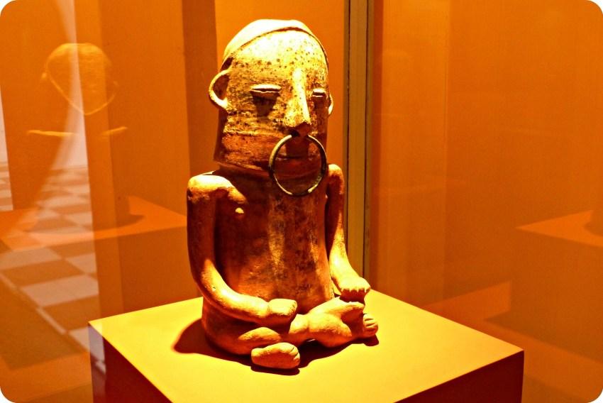 Estatua precolombina en el Museo Arqueológico de Manizales