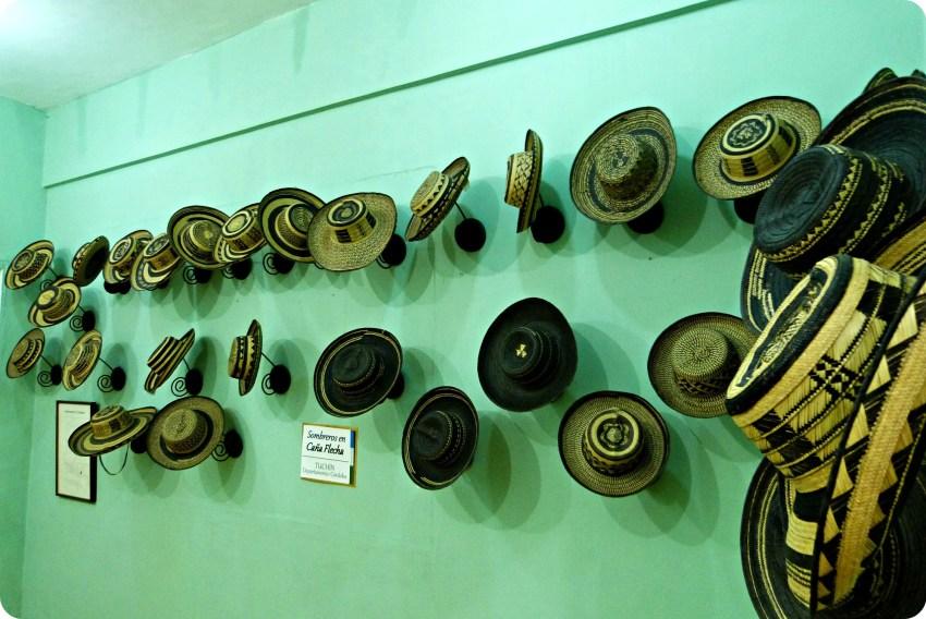 Sombreros presentados en una pared verde, en el museo nacional del sombrero en la casa de la cultura en Aguadas