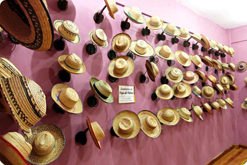 Sombreros expuestos en una pared morada, en el museo nacional del sombrero en la casa de la cultura en Aguadas