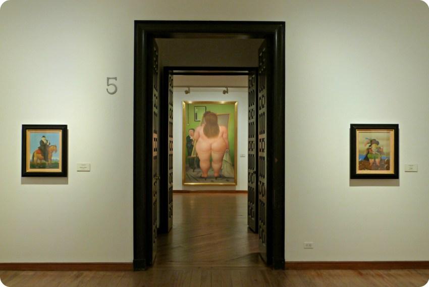 Portes du musée Botero de Bogotá dévoilant un tableau dans le fond