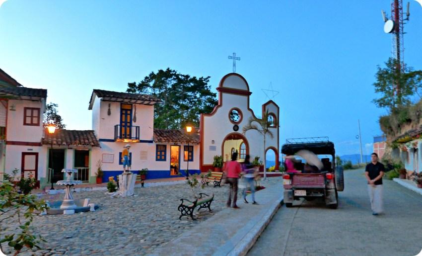 Iglesia del Pueblito Viejo de Aguadas en la plaza con la jeep que nos llevó