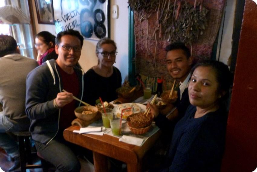 Charlène, Charles et ses cousins Brayan et Michelle, assis à la table du restaurant de sushis Totuma Corrida dans le quartier de la Candelaria à Bogotá