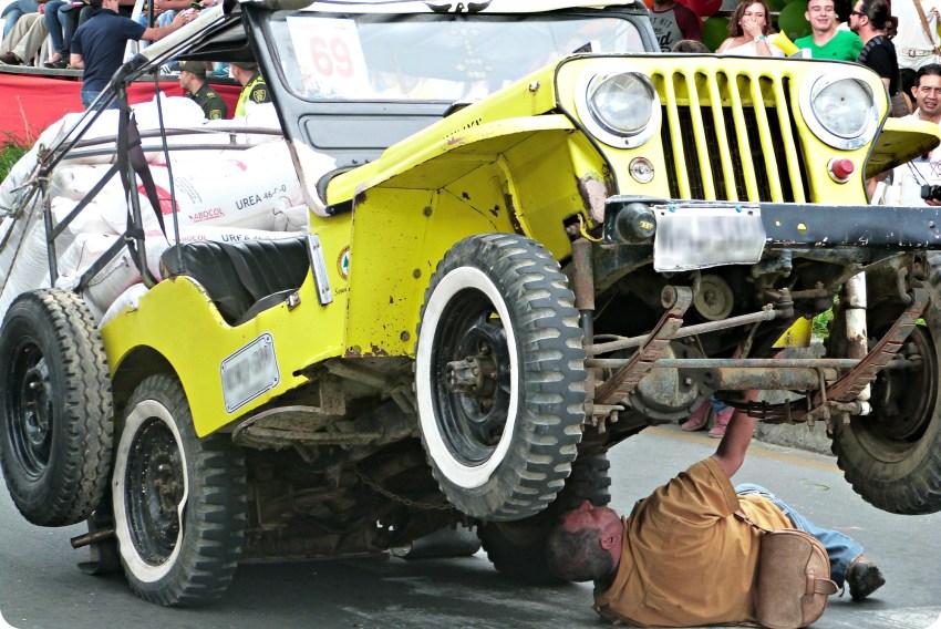Révision d'une jeep au défilé Yipao à Armenia