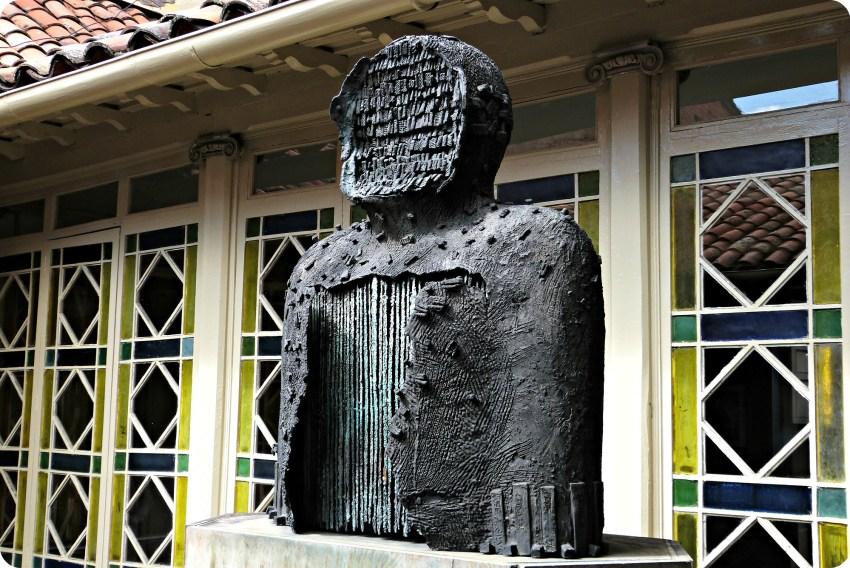 Sculpture à l'intérieur du patio de la casa de poesía Silva de Bogotá