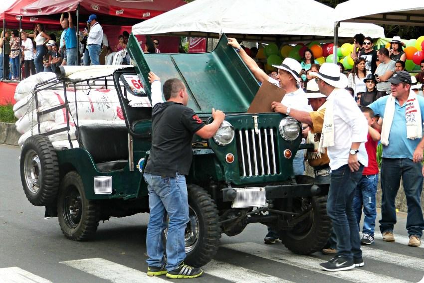 Verificación de un jeep antes de la salida en el desfile del Yipao en Armenia