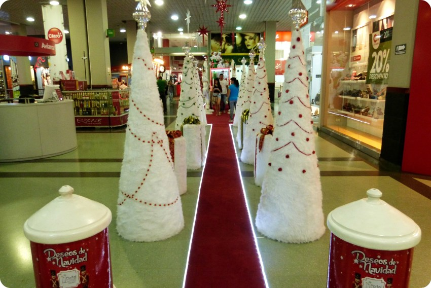 allée de sapins blancs dans le centre commercial Portal del Quindío d'Armenia