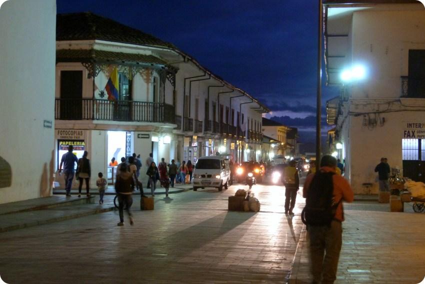 ángulo de una calle de Popayán en el Parque Caldas de noche