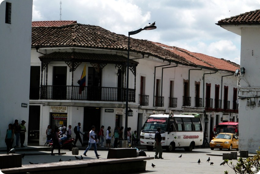 ángula de una calle de Popayán en el Parque Caldas