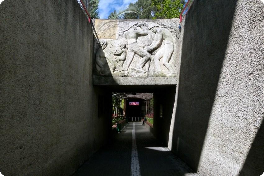 Fin de la linea blanca desembocando en la entrada de la catedral de sal de Zipaquira