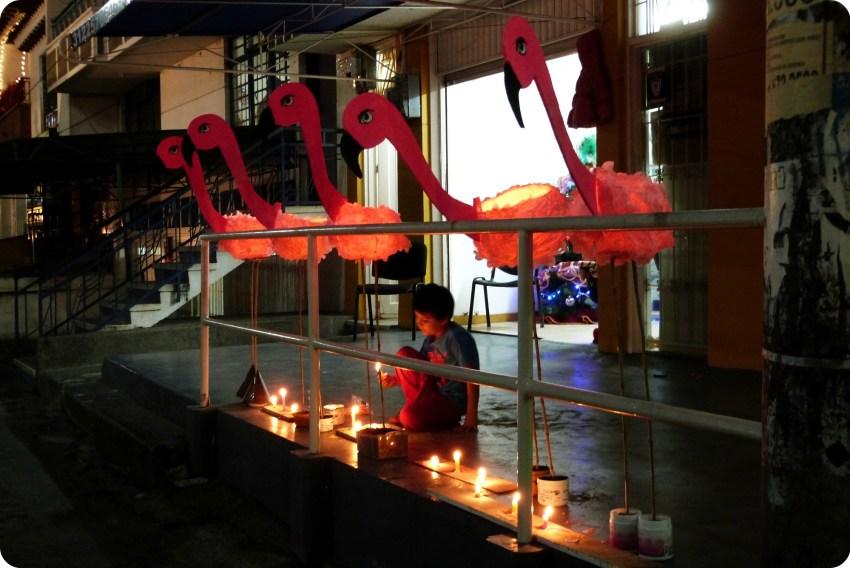 niño jugando con las velas durante el día de las velitas en Armenia