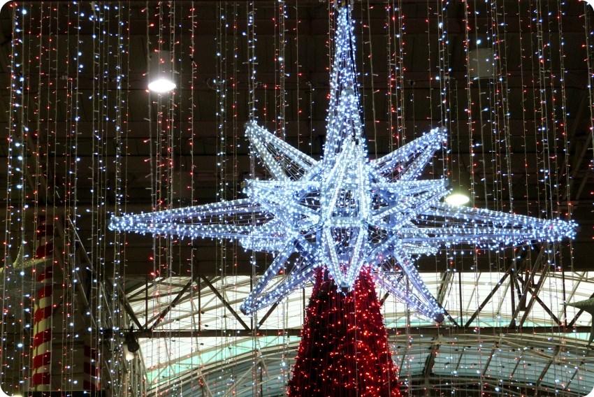 étoile en haut du sapin central au centre commercial Portal del Quindío d'Armenia