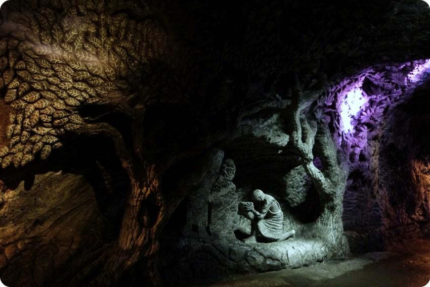 Sculpture d'une scène de vie dans un mur de la cathédrale de sel de Zipaquira