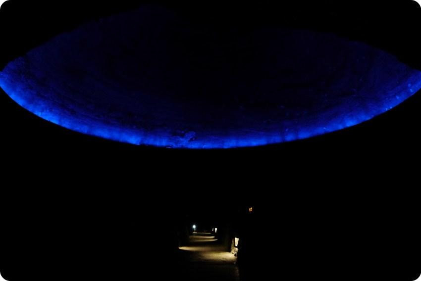Coupole illuminée de bleu à l'intérieur de la cathédrale de sel de Zipaquira