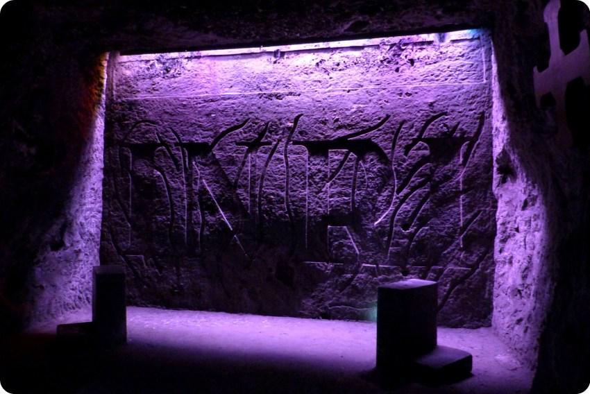 INRI inscrit sur le mur à l'intérieur d'une cavité de la cathédrale de sel de Zipaquira