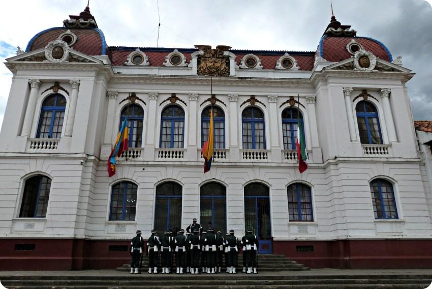 La mairie et un groupe de policiers sur la place principale de Zipaquira