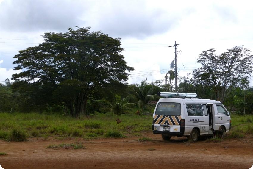 Minibus en un campo del pueblo El Tambo cerca de Popayán